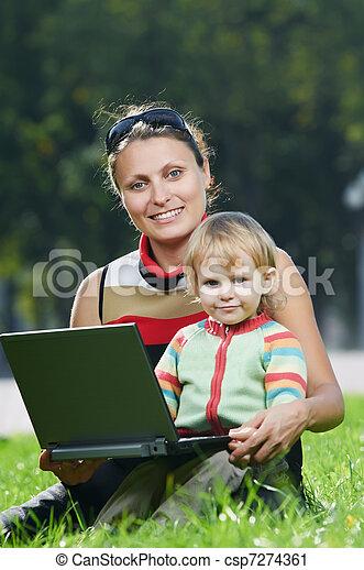 미소 여자, 휴대용 퍼스널 컴퓨터, 임신하고 있다 - csp7274361