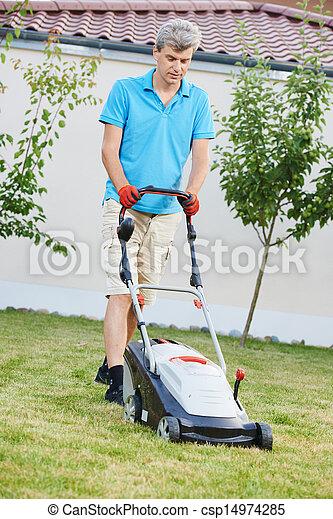 잔디, 깎고 있는 사람 - csp14974285