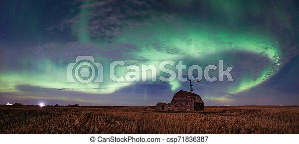 풍차, 그루터기, 북부 사투리, 큰 상자, 포도 수확, 위의, 새스캐치원, 은 점화한다, 밝은, 소용돌이, 헛간, 캐나다 - csp71836387